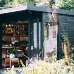 La cabane en bois au fond du jardin