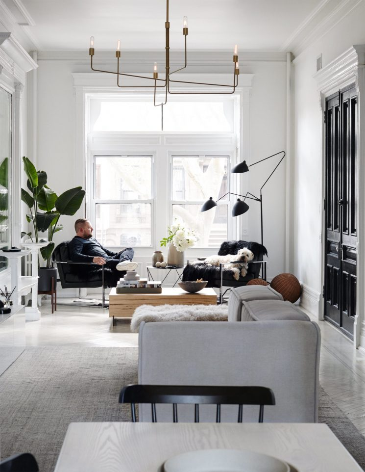 Le pouvoir du noir et blanc contemporain brooklyn brownstone