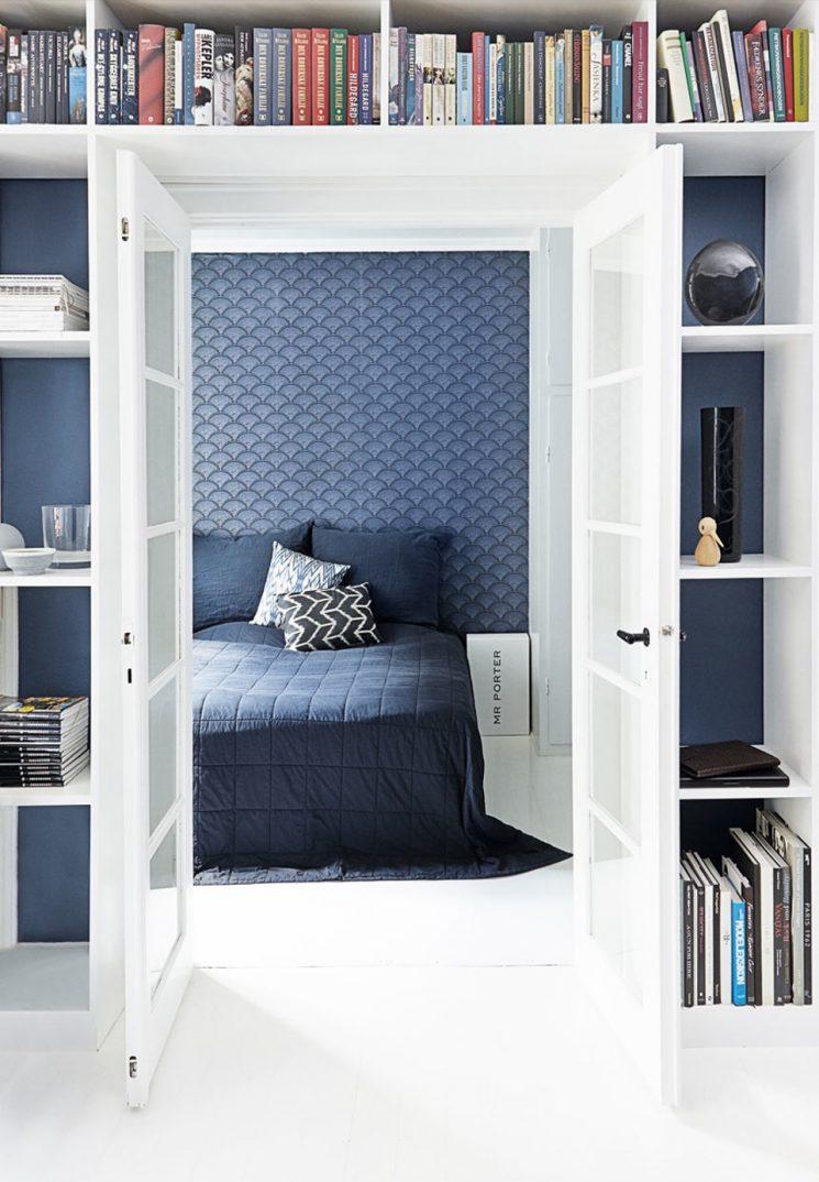 Opter pour un mur de couleur en déco | Un mur bleu en papier-peint