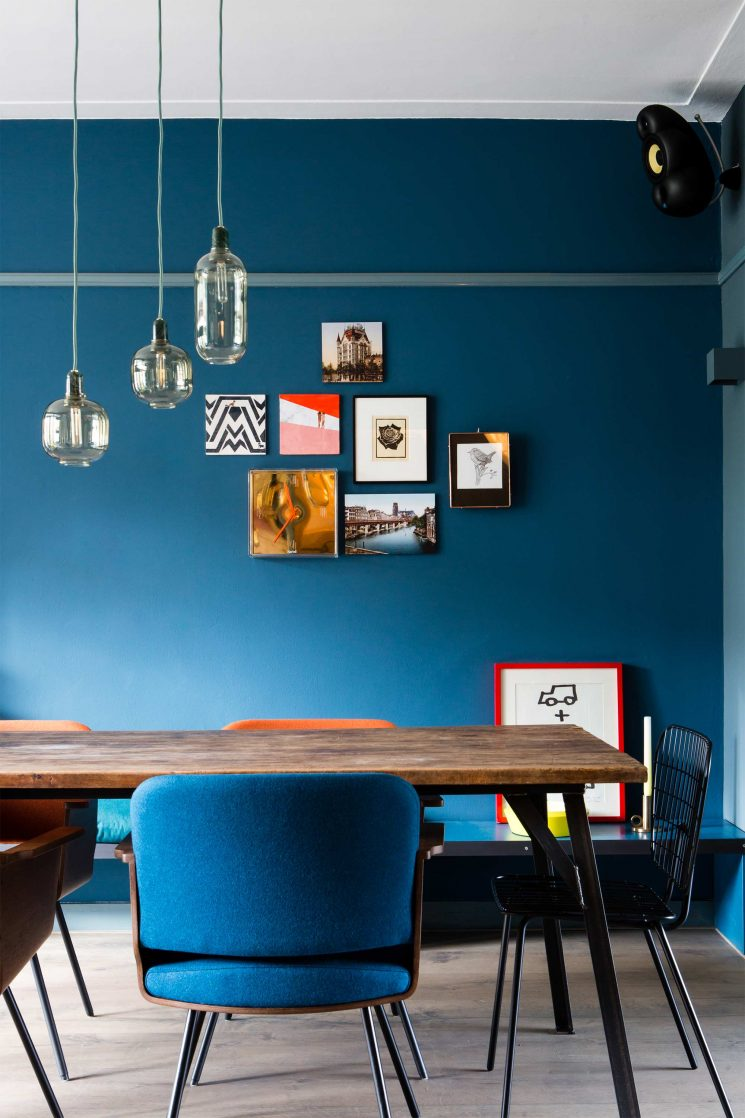 Opter pour un mur de couleur en déco | Un mur bleu outremer