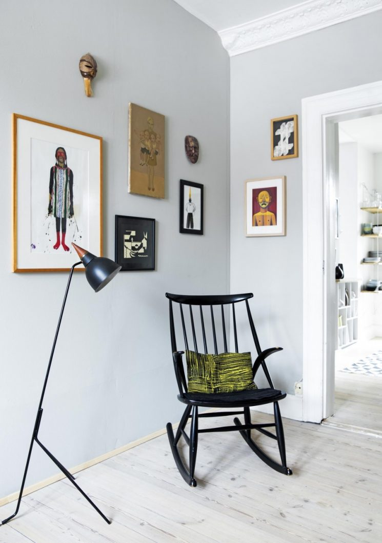 Opter pour un mur de couleur en déco | Un mur gris clair pour mettre en valeur les moulures blanches