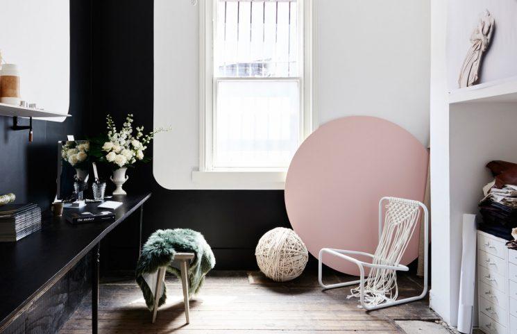 Opter pour un mur de couleur en déco | Un mur noir pour structurer l'espace