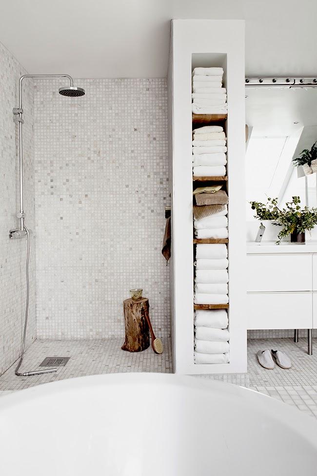 Pour une salle de bain scandinave monochrome | Styling et photo Daniella Witte