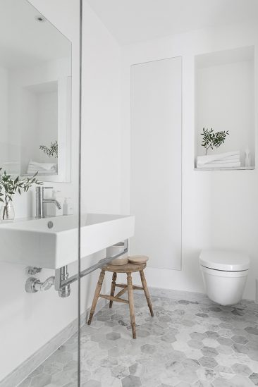Pour une salle de bain scandinave monochrome | via Alvhem