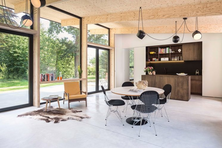 Une extension contemporaine en bois brut par l'architecte Rob Mols et le studio K
