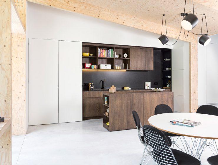 Une extension contemporaine en bois brut par l'architecte Rob Mols et le studio K