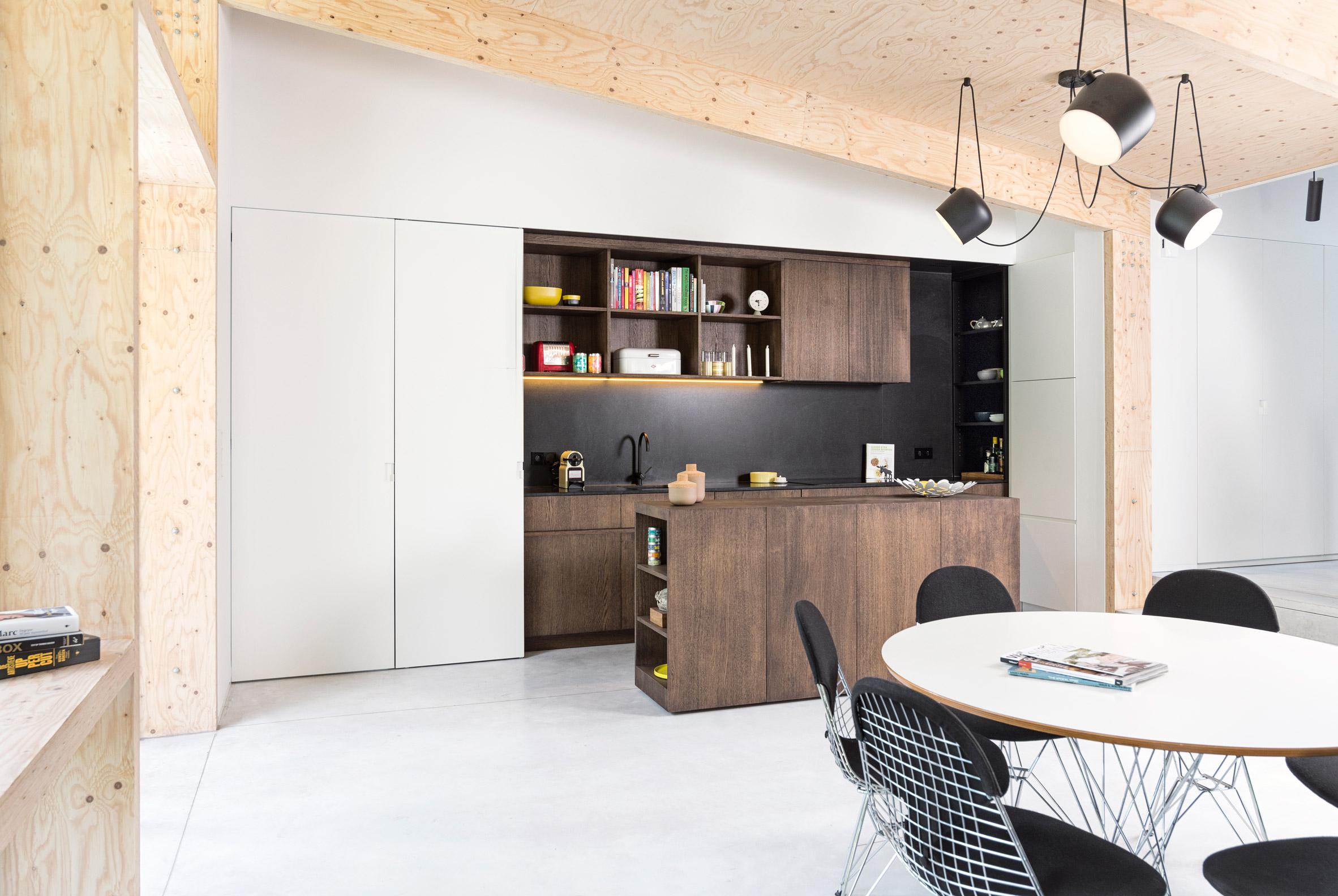 une extension contemporaine en bois brut. Black Bedroom Furniture Sets. Home Design Ideas