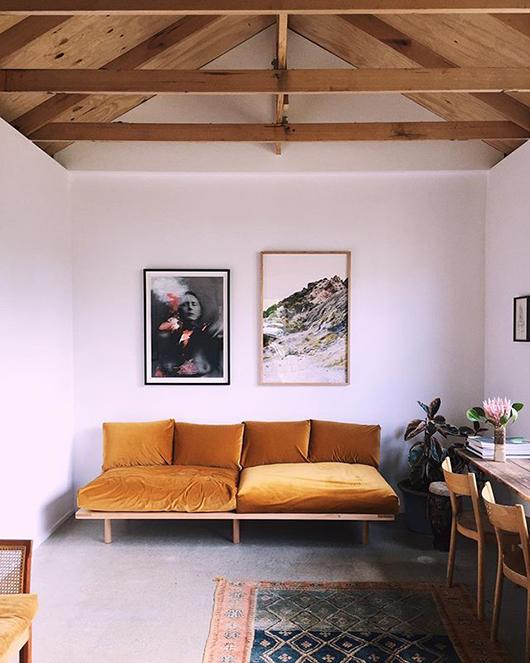 Comment assortir son décor à un canapé moutarde ?   Jessica Tremp instagram