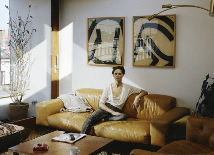 Comment assortir son décor à un canapé moutarde ? | Intérieur vintage d'Anouck Lepere