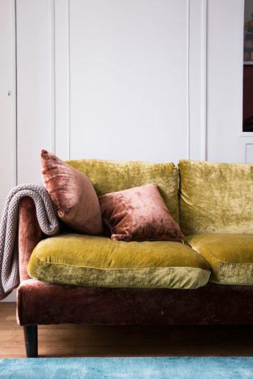 Comment assortir son décor à un canapé moutarde ?   L'appartement de Camille Omerin