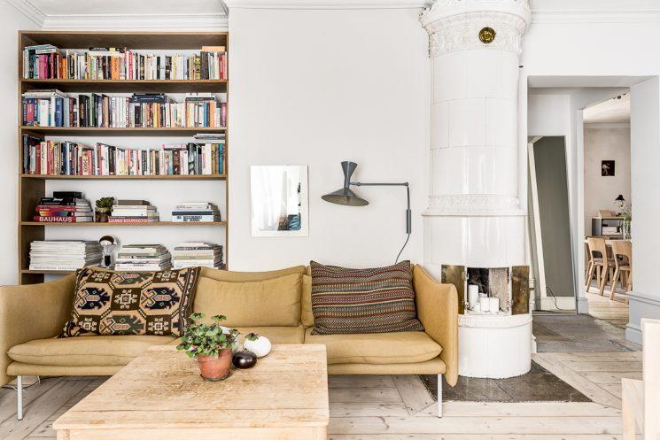 Comment assortir son décor à un canapé moutarde ?   Appartement scandinave