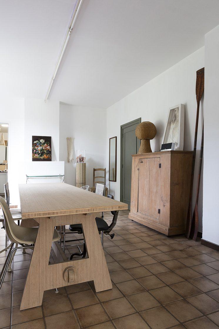 On apprivoise ou on relooke ce sol en terre cuite || Sol en grès associé à du mobilier contemporain et des murs blancs