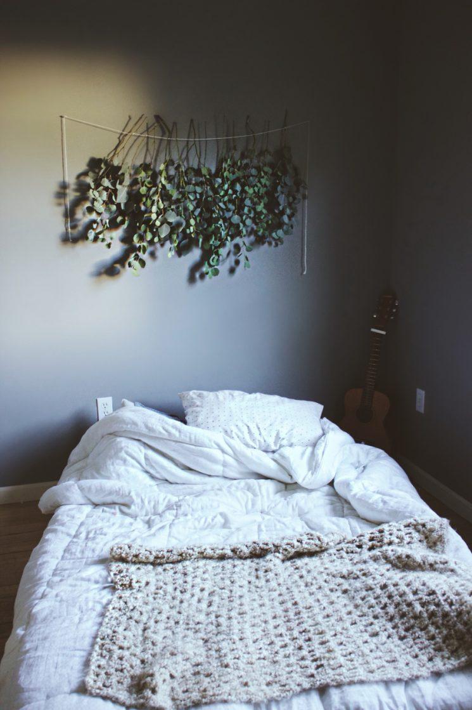 Décorez avec des bouquets de fleurs séchés | Suspendre des branches d'eucalyptus au dessus de son lit