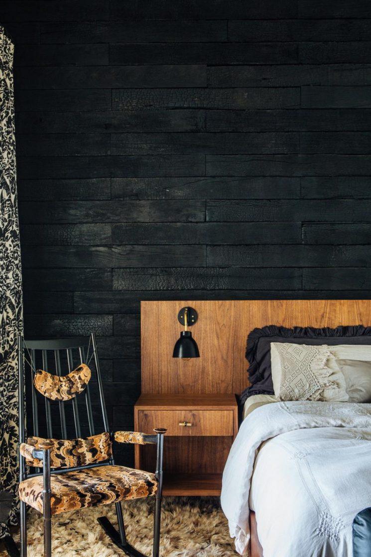 La technique du bois brûlé ou Shou Sugi Ban || murs en tête de lit en bois brûlé