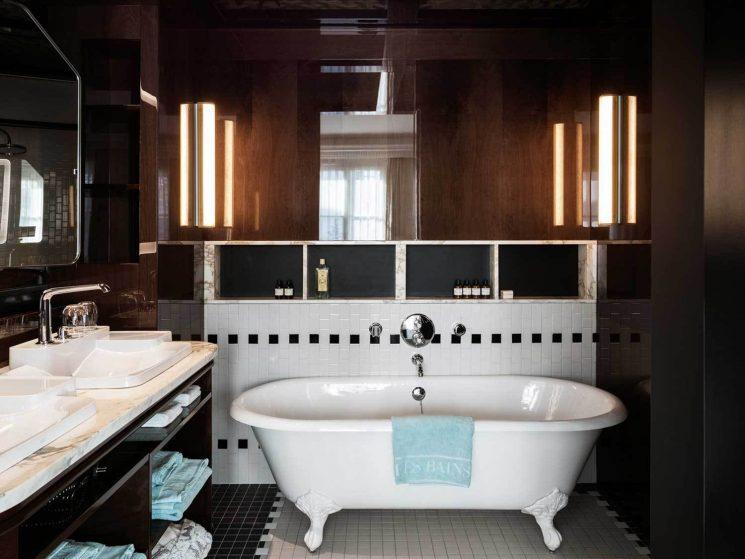 Salle de bain en noir et blanc - Hôtel Les Bains Paris