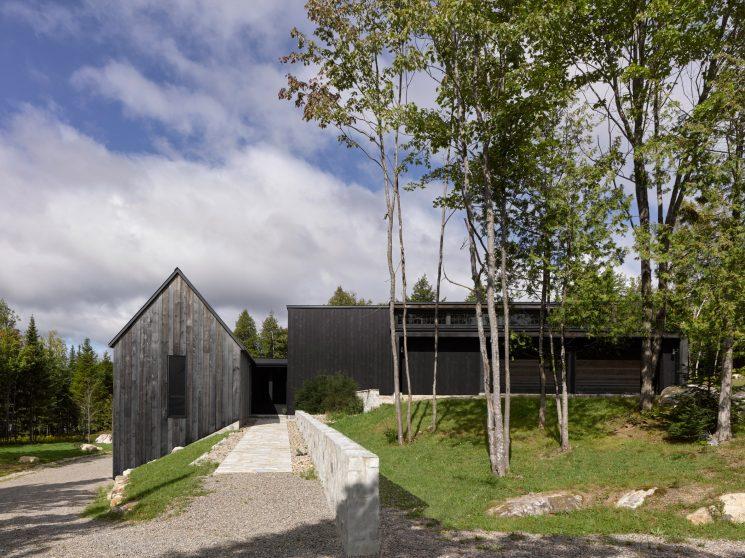 La technique du bois brûlé ou Shou Sugi Ban || Résidence MG2 par l'architecte Alain Carle au Quebec
