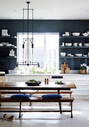 ... Cuisine Avec Mur Bleu Marine Pour Mettre En Valeur Les Meubles Blancs