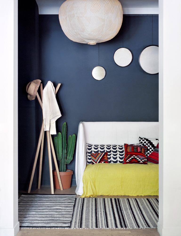 Le bleu foncé, un faire-valoir des couleurs vives || L'appartement de Barbara Boccara