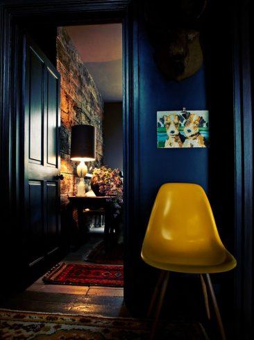 Le bleu foncé, un faire-valoir des couleurs vives || Abigail Ahern