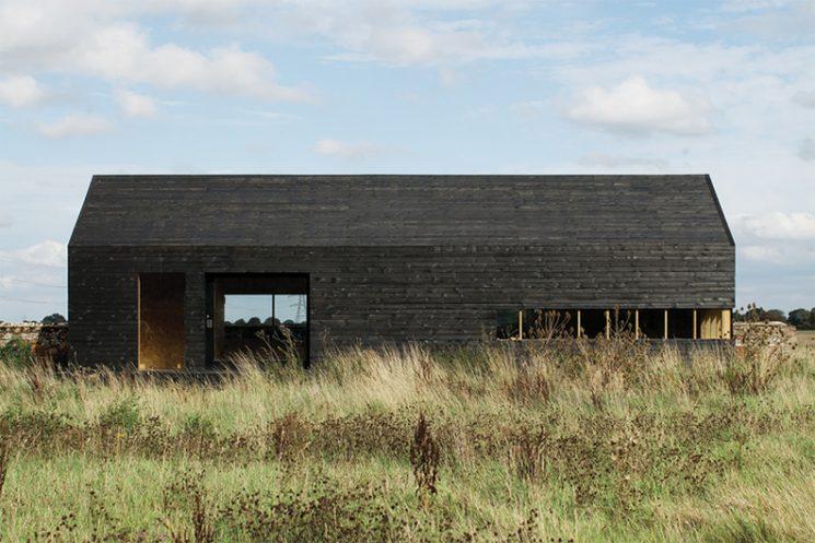 La technique du bois brûlé ou Shou Sugi Ban || Ochre Barn par le studio d'architectes Carl Turner - Norfolk Grande Bretagne