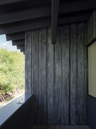 La technique du bois brûlé ou Shou Sugi Ban || Uppett architects - Hillside project