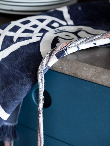 """Une cuisine """"teal blue"""" associée au bois pour ambiance campagne à la ville"""
