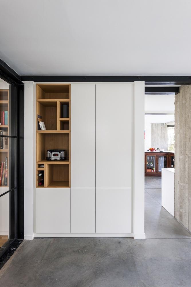 Une extension de style brutalisme pour cette maison des années 30 par Qatar architecten