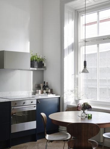 Une cuisine bleu marine aux poignée en cuir
