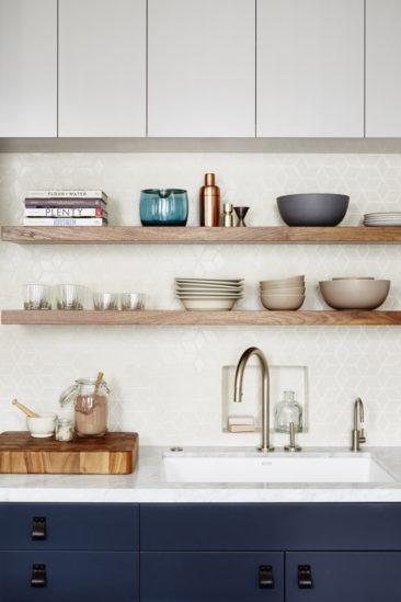 Design Studio Muir - Cuisine bleu marine, marbre et parquet bois