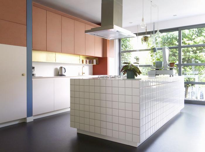 Les agencements colorés et scénographiés de l'architecte designer Dries Otten || Projet Le fils du boucher