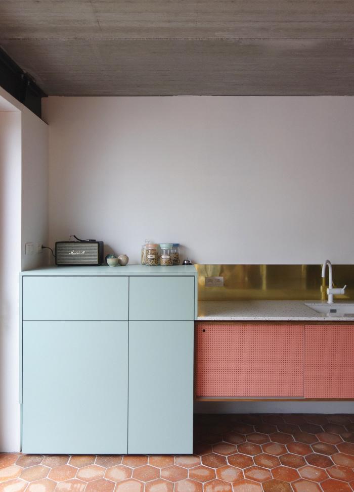 Les agencements colorés et scénographiés de l'architecte designer Dries Otten || Projet Manon