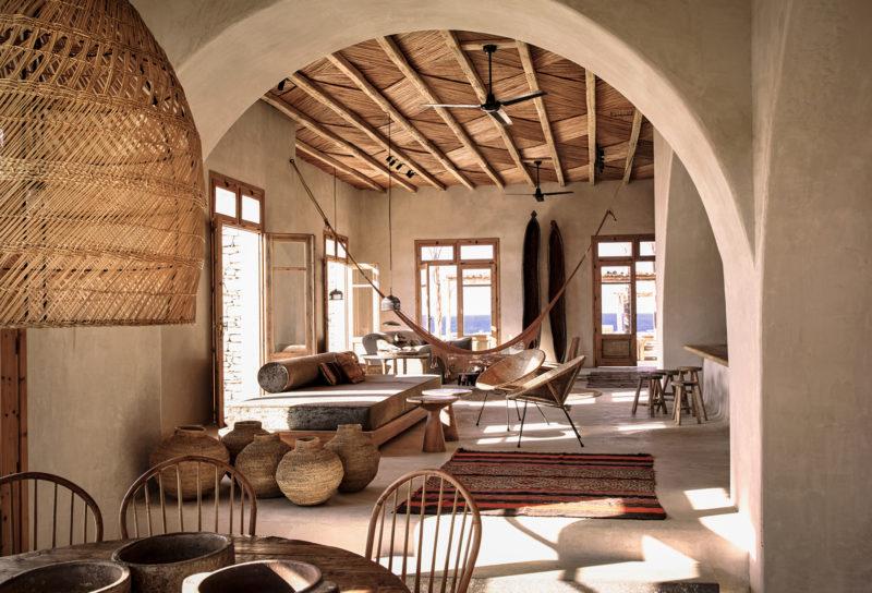 Hôtel Scorpio à Mykonos qui a insufflé un style méditerranéen ethnique, emprunt d'influences wabi sabi