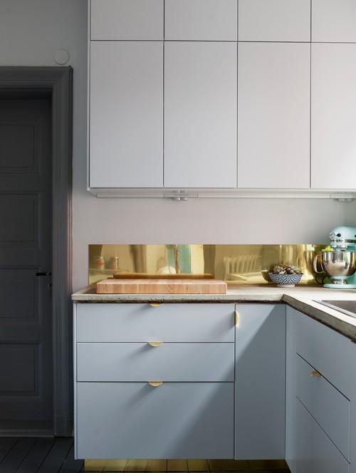 Du laiton dans la cuisine : bling ou mat ? | Cuisine customisée Superfront avec crédence dorée