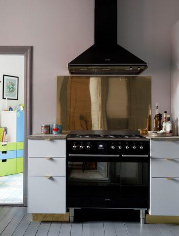 Du laiton dans la cuisine bling ou mat cuisine customisée superfront avec crédence