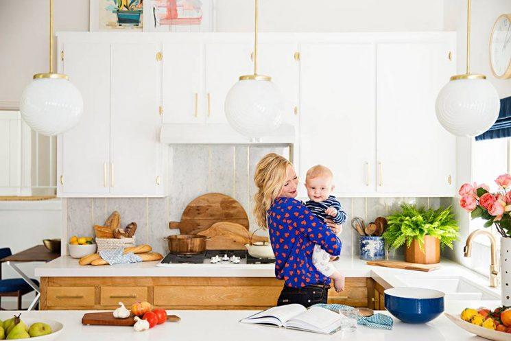 Du laiton dans la cuisine : bling ou mat ? | Emily Henderson cuisine à L.A.