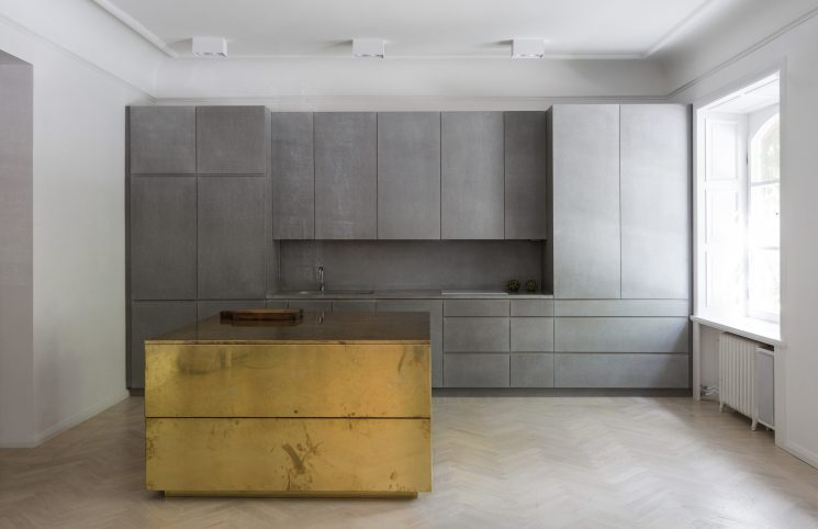 Du laiton dans la cuisine : bling ou mat ? | Gold & Gray Appartement par Richard Lindvall