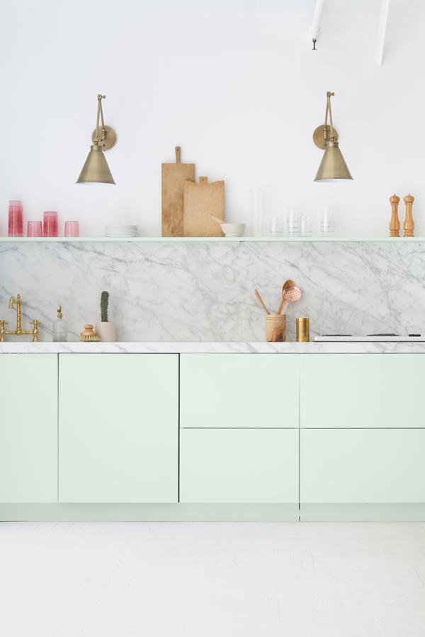 Du laiton dans la cuisine : bling ou mat ? | Cuisine des bureaux de Oh happy day studio