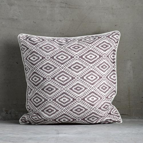 Coussin carré en coton blanc motif ethnique figue Tine K Home