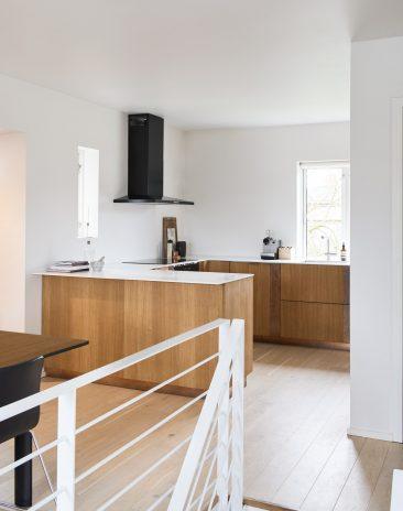 Reform ou comment relooker une cuisine Ikea - Cuisine HenningLarsen architects en chêne et bande en cuivre