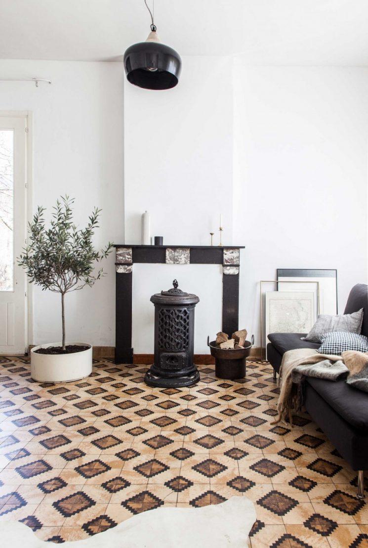 Une maison en Belgique avec un sol vintage, modernisée par du blanc