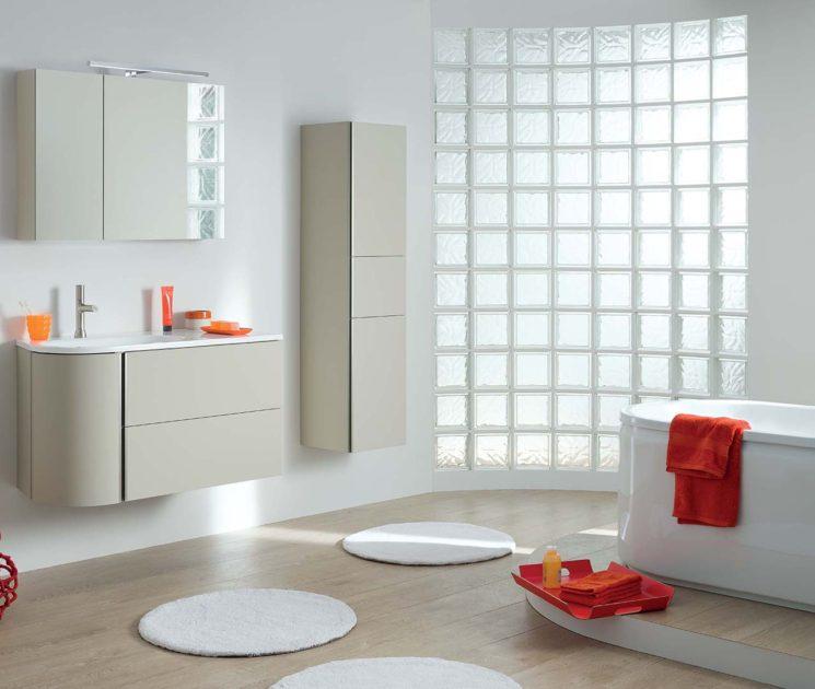 Une salle de bain de style bord de mer || Meuble de salle de bain Baila, laqué, Sanijura