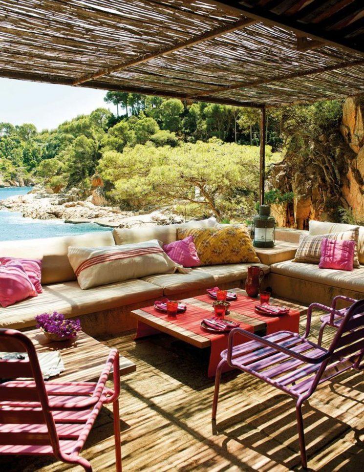 Une terrasse en Méditeranée Boho rose et beige