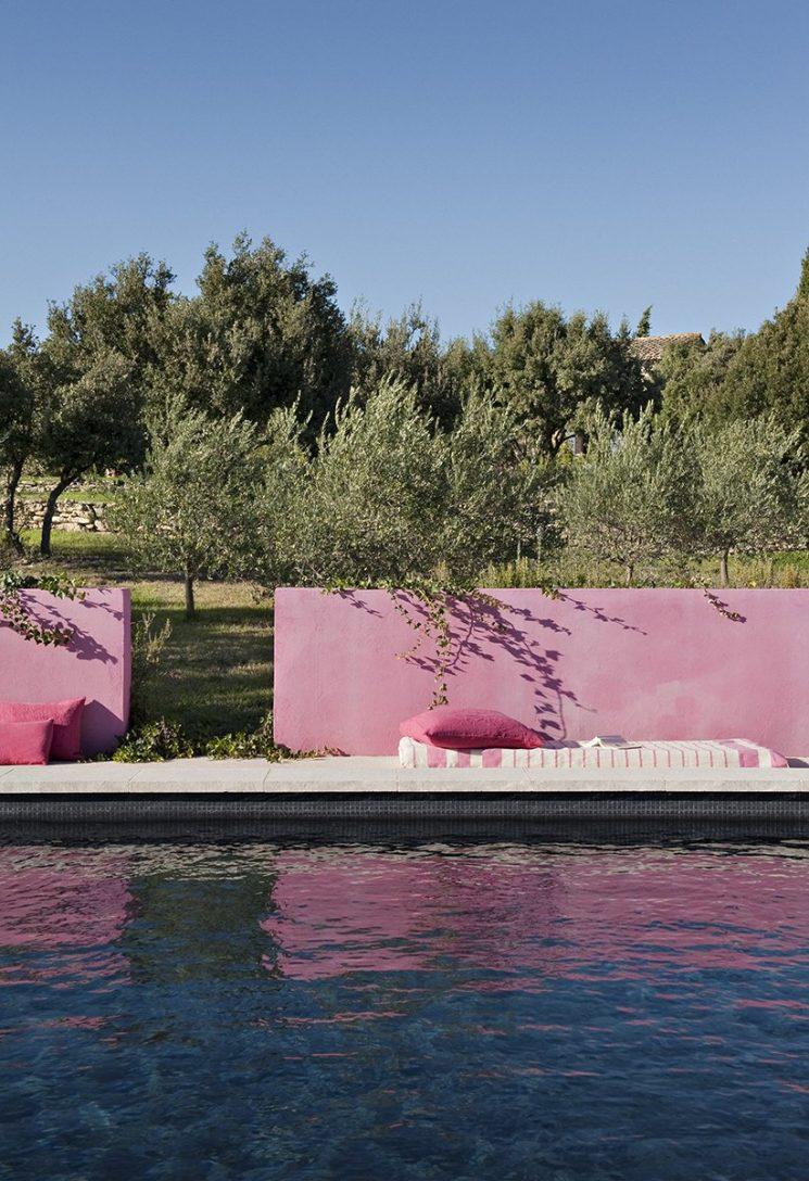 Bergerie à Gordes - Mur rose face à la piscine