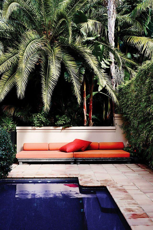 Vague rose sur l'été - Un canapé outdoor dans les tropiques rose pêche