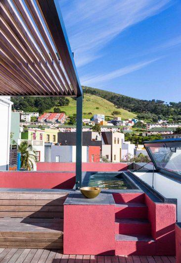 Un toit qui mise sur un rouge corail à Cap Town