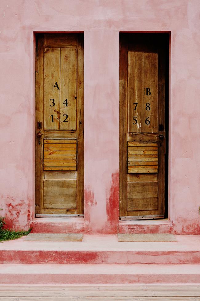 Mur extérieur patiné de rose au Portugal par cannellevanille.com
