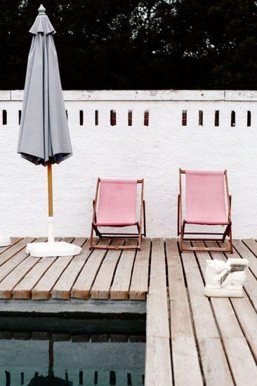 Transats roses au bord de la piscine au Portugal par cannellevanille.com