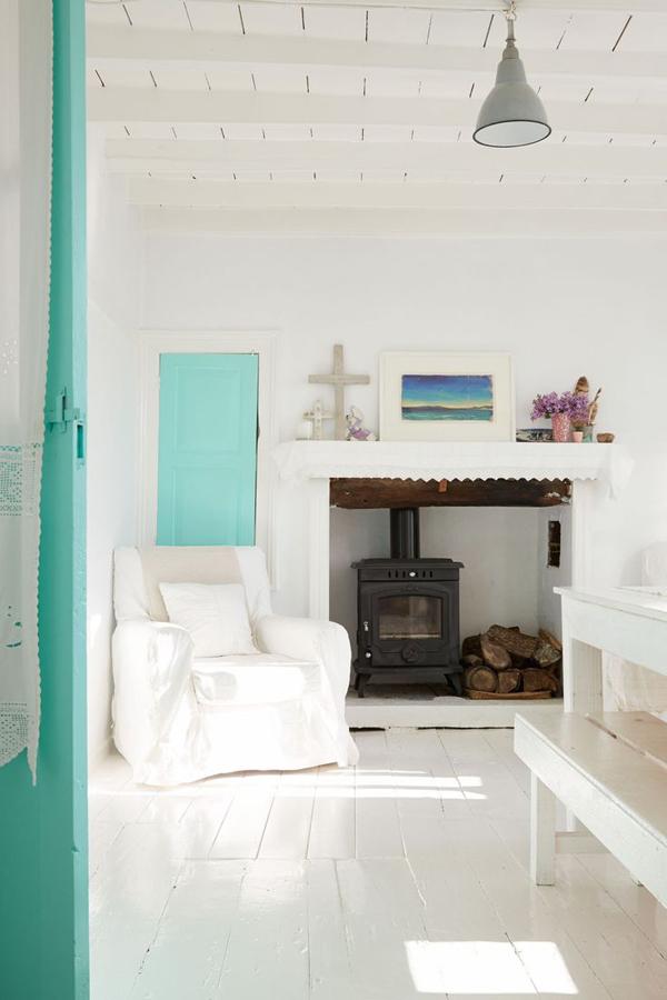 Partition en blanc et vert d\'eau pour cette maison grecque