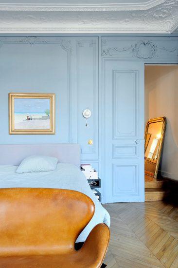 Un bleu grisé clair pour cet appartement directoire par l'architecte Isabelle Bouchet