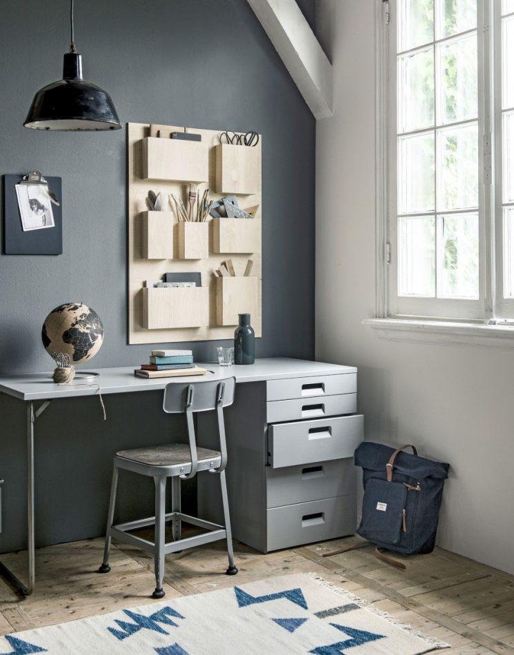 Un mur gris un bureau gris cest un peu tristounet mais jaime bien le casier de rangement en contreplaqué qui vient adoucir le décor